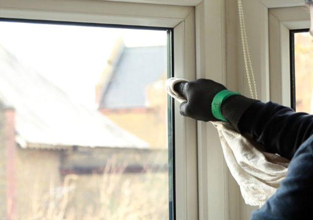چگونه قاب پنجره یو پی وی سی را دوباره سفید و براق کرد؟